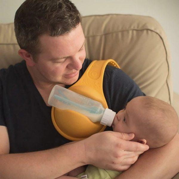 מנשא בקבוק להאכלת תינוק ללא צורך בידיים